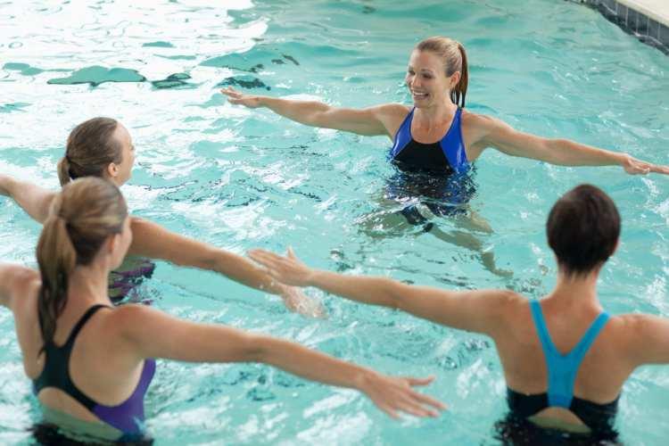 bazen žene rade vežbe u vodi